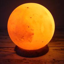 """Salzlampe """"Planet"""" - Aufwändig aus dem massiven Kristallblock gedrechselt. 3 kg schwer."""