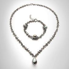 """Drillingskette oder Drillingsketten-Armband """"Tahiti-Perle"""" - Die wohl modischste Art, Perlen zu tragen: schwarz rhodiniertes Silber mit dunklen Tahiti-Zuchtperlen."""