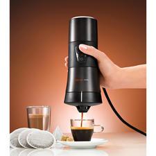 Einfach den 12-V-Stecker anschließen - schon ist Ihr Handcoffee bereit für das Aufbrühen von Kaffee, Tee, Kakao, …