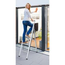 Sicherheits-Klappleiter - Sicher, platzsparend und schön. Modernes Alu-Design mit extra tiefen Stufen und Haltebügel.