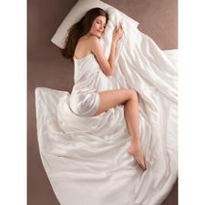 Bettdecke aus Seide - Bettdecke und Bettwäsche zugleich. Selten und kostbar. Federleicht, superweich und besonders temperaturausgleichend.