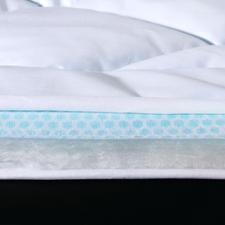 PCM-Hightech-Vlies statt zugiger Ventilatoren. Unmerklich in das Vlies implantierte Phase-Change-Mikrokapseln (PCM) nehmen überschüssige Körperwärme auf und transportieren sie gleich nach außen. Durch den schnellen Wärmetransport bleibt die Vliesoberfläche stets kühl. Selbst bei Tropenhitze schlafen Sie erfrischt und entspannt, ohne zu schwitzen.