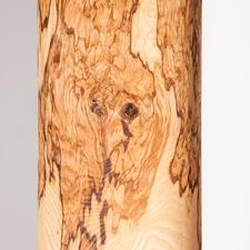 Anders als die zart gemaserte herkömmliche Esche erhält das Olivesche-Holz durch seinen Olivkern eine besonders markante Maserung. Faszinierend sogar bei ausgeschaltetem Licht.