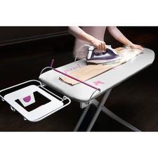 """Bügeltisch """"Dritte Hand"""" - Geniale Erfindung fixiert Ihre Wäsche rutschfrei auf der Bügelfläche. Plus X Award mit dem Prädikat """"Bestes Produkt des Jahres""""."""