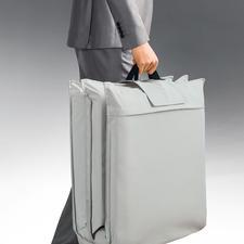 Platzsparend klappbar auf 58 x 58 x 24 cm und am Griff leicht zu transportieren.