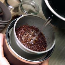 Das Kaffeepulver landet automatisch im Dauerfilter aus Edelstahl