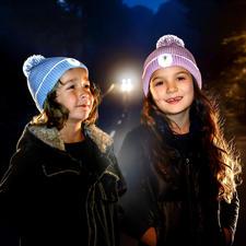 Twinkle Kid® Reflektor-Mütze - Optimale Sicherheit in der Dunkelheit: Die Bommelmütze leuchtet im Scheinwerferlicht ringsum bis zu 160 m weit.