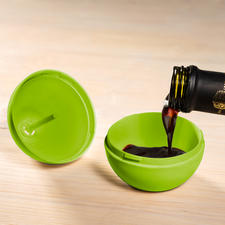 Einfach Gemisch aus Wasser, Essig und wenigen Tropfen Spülmittel in die untere Apfelhälfte geben.