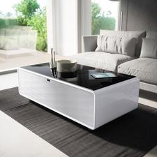 Smart-Minibar - Kühle Getränke und satter Sound – direkt aus Ihrem Couchtisch. Entspannen und Genießen, ohne aufzustehen.