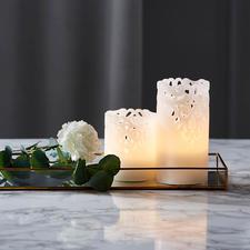 Relief-LED-Kerzen, 2er-Set - Mit eleganten Spitzen-Ornamenten. Aus echtem Wachs. Stimmungsvoll indirektes Licht.