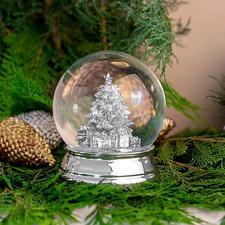 Versilberte Schneekugel - Die versilberte Schneekugel bringt luxuriösen Glanz ins winterliche Schneegestöber.
