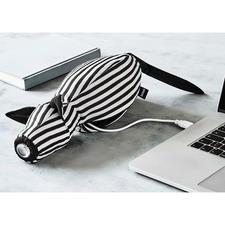 Einfach per USB-Ladekabel (mitgeliefert) aufzuladen.