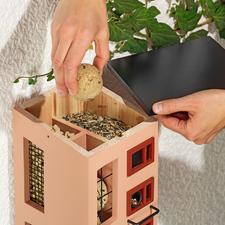 Einfach das Pultdach abnehmen: Schon können Sie die Speisekammern bequem befüllen.