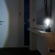 Steht die Leuchte bei einem Stromausfall in der Ladestation, schaltet sich die LED automatisch ein.