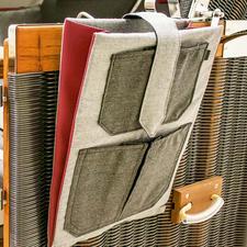 Der Stoffbutler zum Einhängen bietet Platz für Leselektüre, Tablet, Smartphone,...