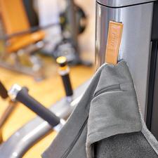 Der Magnet-Clip hält das Handtuch rutschsicher an den Sportgeräten.