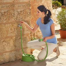 Der Flexi-Schlauch misst aufbewahrt nur platzsparende 10m – erst bei Wasserdruck wächst er bis zur 3-fachen Länge.