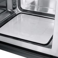 Der flache Keramik-Reflektor-Boden verteilt die Mikrowellen gleichmäßig im gesamten 25-l-Garraum und spart Platz.