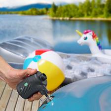 2-in-1 Akku-Luftpumpe - Bläst Luftbett, Schlauchboot, Schwimmtier, ... auf. Facht Grill und Feuerstelle an. Entlüftet Vakuum-Kleiderbeutel.