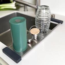 Drip-itSpülbecken-Ablage - Der perfekte Spültuch- und Flaschenhalter. Und zugleich multifunktionelle Abtropf- und Abstell-Lösung rund ums Spülbecken.