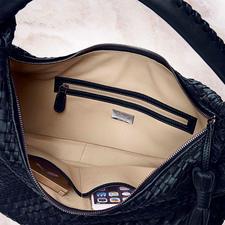Durch zwei Steckfächer und eine separate Zipper-Tasche bleibt der Inhalt übersichtlich geordnet und durch das hell-beigefarbene Futter besser sichtbar.