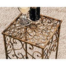 Die geschwungenen Ornamente geben den Sockeln romantischen, doch nicht zu verspielten Charakter.