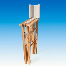 Ihr Teak-Regiesessel ist mit einem Handgriff auf schmale 17 cm zusammengeklappt und Platz sparend verstaut.