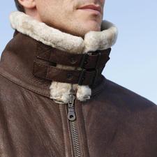 Der doppelte Sturmriegel schließt den hohen Fellkragen gegen kalte Zugluft. So ist Ihr Hals selbst bei Fahrtwind optimal geschützt.