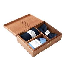 Gentleman's Agreement Accessoires-Box - Die vielseitige Kombination aus Wende-Schleife, Socken und Einstecktuch. Von Gentleman's Agreement.