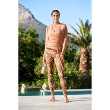 Mandala Wickeljacke, Top oder Leggings - Die dreiteilige Loungewear-Kombination von Mandala, München.