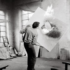 Durch Flammen gibt Otto Piene den Materialien der Bildfläche eine völlig veränderte Erscheinungsform.