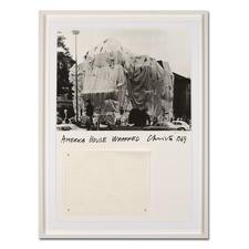 """Christo – America House Wrapped - Rarität: 47 Jahre alte, handsignierte Christo-Edition. Die letzten 25 Exemplare von """"America House Wrapped"""". Mit Original-Verhüllungsstoff."""