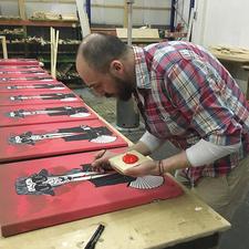 Adam Karamanlis übermalt jedes Exemplar nach dem Druck von Hand.