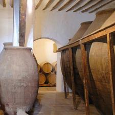 Die Reifung des Weins erfolgt zuerst in traditionellen Tinajas (Ton-Amphoren) und später in Eichenfässern.