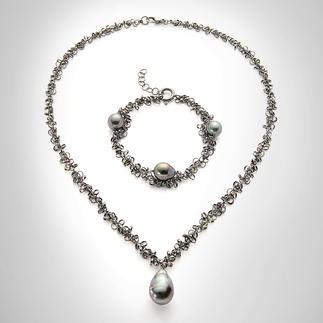 """Drillingskette oder Drillingsketten-Armband """"Tahiti-Perle"""" Die wohl modischste Art, Perlen zu tragen: schwarz rhodiniertes Silber mit dunklen Tahiti-Zuchtperlen."""