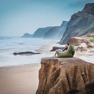 Lounge-Luftsessel Ihr bequemer Lounge-Sessel für alle sommerlichen Outdoor-Events. Leicht. Kompakt. Und in Sekunden luftgefüllt.