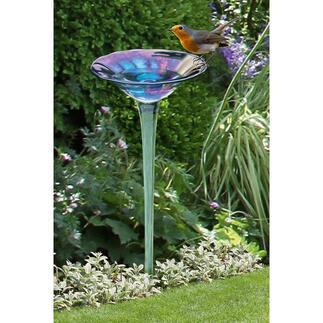 Regenbogenglas-Vogeltränke Die prächtige Blüte aus irisierendem Glas – umschwärmt als erfrischende Vogeltränke.