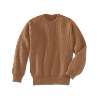 Der Pullover aus reinem Kamelhaar. Jedes Teil des Pullovers wird einzeln fully-fashioned in Form gestrickt, erst anschließend zusammengekettelt.