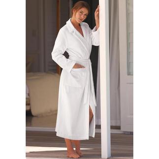 Der elegante Klassiker – perfekt abgestimmt auf die weibliche Silhouette. Von Louis Féraud, Paris. Elegant, feminin - und doch so behaglich wie ein normaler Bademantel.