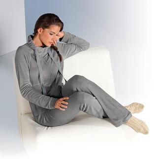 Der elegante Feinfrottier-Homesuit: angenehm auf der Haut, schön fürs Auge. Von Lingerie-Spezialist Pluto. Flauschig weich und saugstark, dabei erstaunlich dünn und leicht.