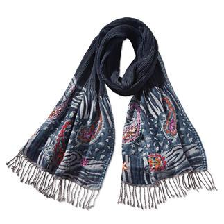 Der Wollcrêpe-Schal mit handbestickten Enden. Trotz üppiger Ausmaße (67 x 185 cm) nicht zu viel Volumen. Blickfang über Ihrem Blazer, Wintermantel... oder als wärmende Stola. In vielseitig kombinierbaren Blautönen.