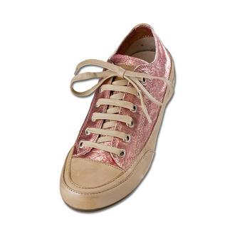 Der italienische Edel-Sneaker nach dem Vorbild des ersten Turnschuhs. Von Candice Cooper. Zart mit handschuhweichem Ziegenleder: lässiger Luxus made in Italy. Im Inneren verbirgt sich ein 2 cm-Keil.