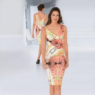 Das elegante Designerkleid für jeden Tag. Mit Apricot und Weiß dominieren sommerlich frische Farben. Knitterarm. Reisetauglich. Und sehr bequem. Von cavalli CLASS.