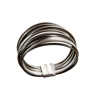 Die Optik von Metall. Aber leicht, flexibel und anschmiegsam. Das handgefertigte Leder-Armband aus Frankreich. Wärmer und weicher als Metall. Drückt nicht. Und klimpert niemals störend.