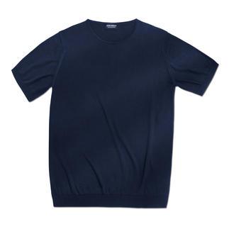 Die gestrickte Edelvariante klassischer Basic-Shirts. Schwer zu finden – einfach zu kombinieren. Seltener 30-Gauge-Feinstrick. Luxuriöse Sea-Island-Baumwolle. Von John Smedley, England.