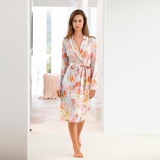 Der elegante Morgenmantel im zarten Blütendessin. Aus weichem Baumwoll-Modal-Wohlfühlstoff. Selten stilvoll. Und doch außergewöhnlich unkompliziert.