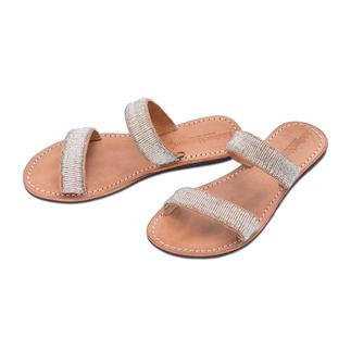 Die handgemachten Perlen-Sandalen von Laidback London. Traditionelles afrikanisches Kunsthandwerk: der Schuh-Trend des Sommers.