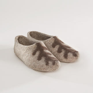 Die Filzpantoffeln in authentischem Design ohne Kanten und Nähte. Seltene Handfertigung nach alter Tradition. Das seltene Original aus Kirgistan - das auffällige Design ist ein mystisches Wahrzeichen des Tengrismus.