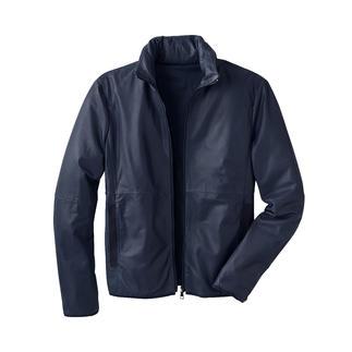 Die perfekte Lederjacke für den Sommer – und die Reise. Leicht. Luftig. Handlich zu verstauen. Und sogar als Nackenkissen nutzbar.