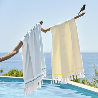 Das Badetuch mit drei Anwendungsmöglichkeiten. Außen: ein schickes Hamam-Tuch. Innen: ein weiches Frottier-Tuch. Und ausgebreitet ein großes Badetuch.